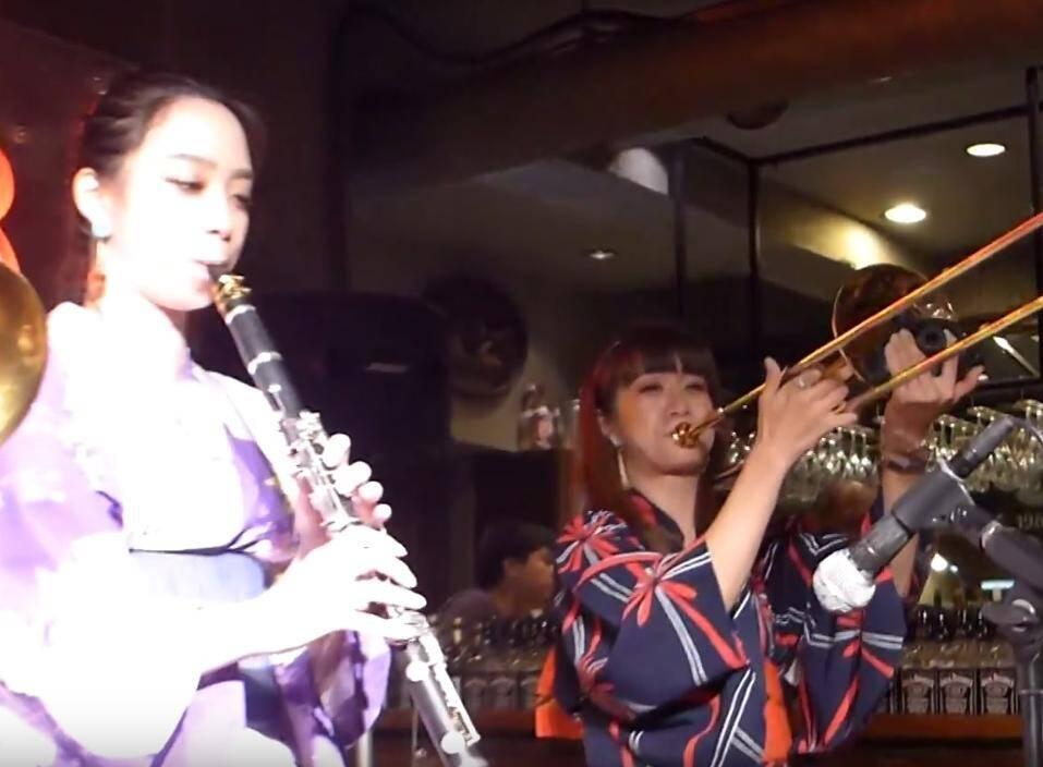 Haruka, with clarinet star Tamura Makiko on a recent visit to Japan. (Photo playing-traditional-jazz.blogspot.com)