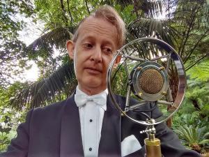 Greg_Poppleton_1920s_30s_singer_and_vintage_mic