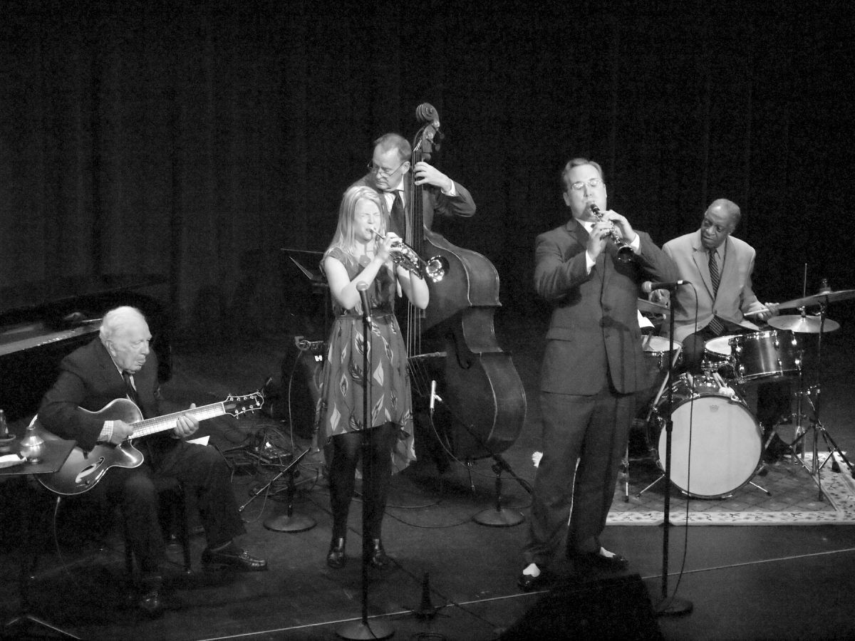 Bucky Pizzarelli, gutiar; Bria Skonberg, trumpet; Dave Bennett, clarintet, Frank Tate, bass; Jackie Williams, drums