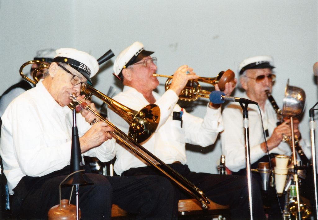 Zenith Jazz Band with Bardin, Scheelar, Helm 2001. For fifty years, Earl switched between clarinet and cornet depending on the occasion. Photo by Lynn Schloss.